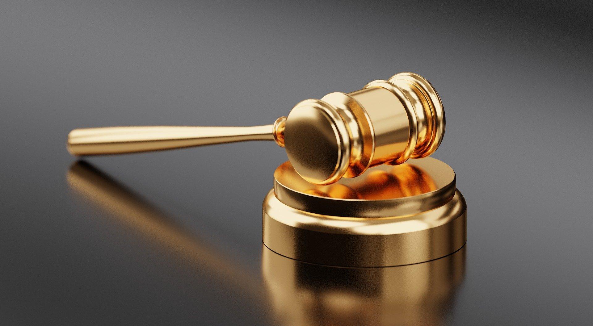 Martillo de juicio dorado insolvencia económica